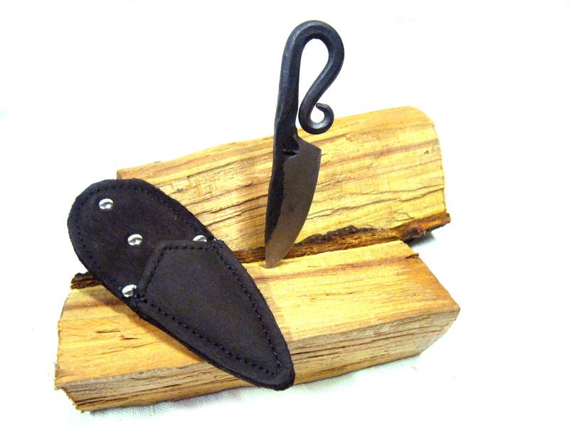 Ručně kovaný nůž s pouzdem na krk